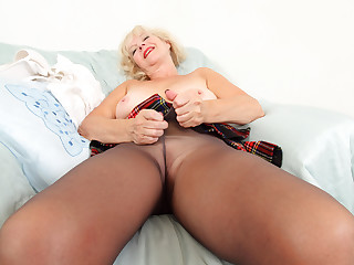 English gilf Sapphire Louise dildos her moist fanny lips
