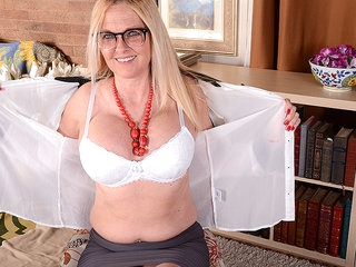 This Naughty American Cougar Is Getting Wet By Herself - MatureNL
