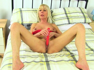 UK gilf Amy gets turned on in sheer tights