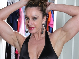 Muscled American Housewife Playing With Her Very Big Clit - MatureNL