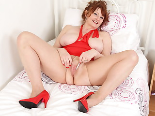 UK gilf Lady Ava primes her old cunt for a perfect orgasm