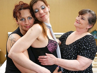 Three Lesbian Housewives Get Down And Dirty - MatureNL